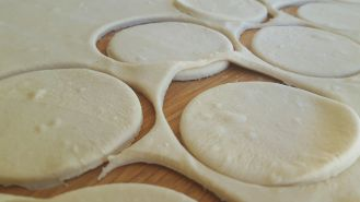 Cutting meat pasties dough discs