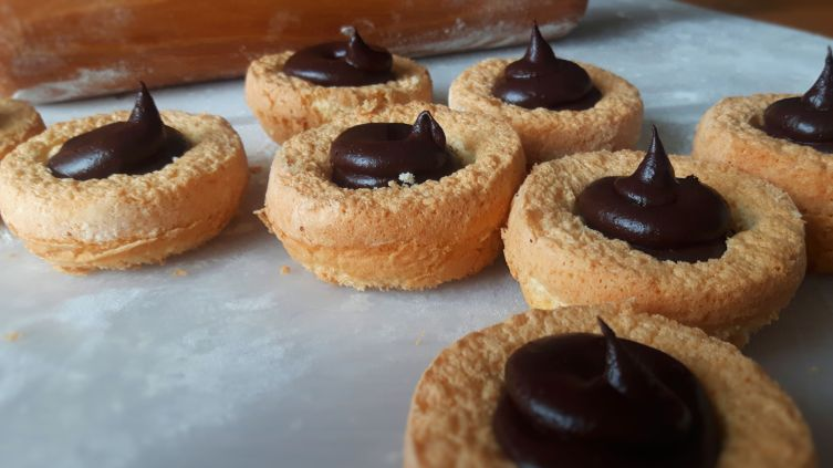 Mohrenköpfe filled with chocolate cream